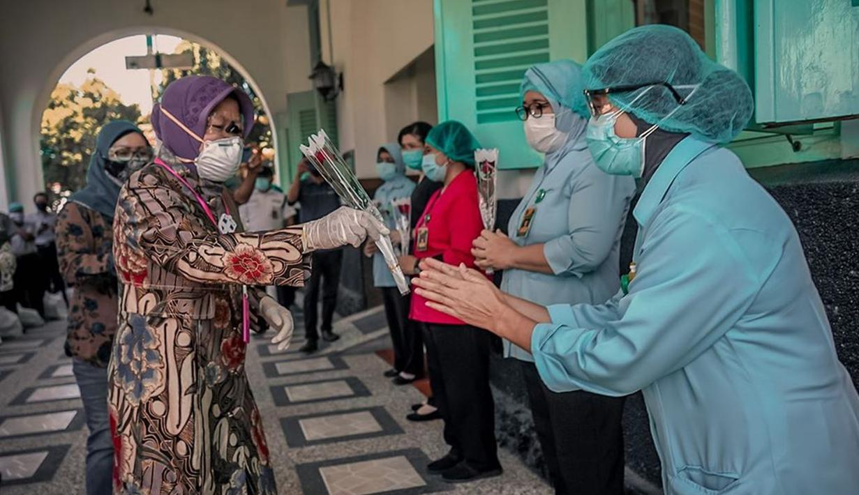 Wali Kota Surabaya Tri Rismaharini melakukan kunjungan ke berbagai rumah sakit di tengan pandemi. Ia pun berkunjung dalam maksud untuk memberi semangat kepada para petugas medis. Dalam acara simboliknya ia pun bagikan bunga. (Liputan6.com/IG/@surabaya)