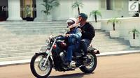 Gaya BJ Habibie Naik Moge Berkeliling Istana Membonceng Soeharto (Habibie Center)