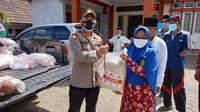 Kapolsek Ciwandan, AKP Ali Rahman, Berikan Bantuan Beras Ke Warga Terdampak Covid-19 Di Kota Cilegon, Banten. (Senin, 29/03/2021). (Dokumentasi Polsek Ciwandan).