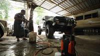 Dulunya manajer hotel bintang 4, kini Alfa Farhani melakukan usaha cuci mobil demi bisa bertahan hidup di tengah pandemi Covid-19. Selain itu, dia juga menjual produk sanitasi dan makanan siap saji. (Foto: Liputan6.com).