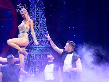 Paris Hilton mengenakan koleksi busana The Blonds x Moulin Rouge! The Musical dalam acara New York Fashion Week, Amerika Serikat, Senin (9/9/2019). Paris Hilton tampil seksi dan glamor dengan mengenakan bodysuits renda berhias berlian. (Noam Galai/Getty Images North America/AFP)