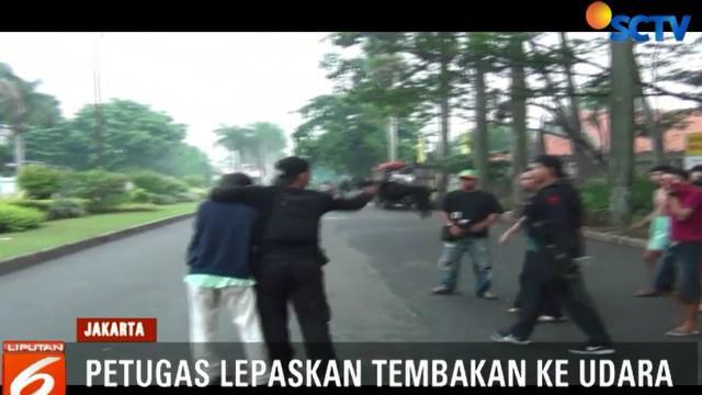 Sejumlah tembakan peringatan ke udara dan gas air mata terpaksa diletuskan petugas hingga membuat para pelaku tawuran ini lari kocar-kacir.