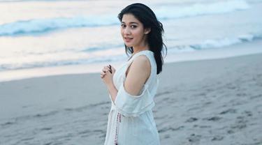 Saat sedang berlibur di pantai, Adik dari Nana Mirdad  memilih menggunakan dress out of shoulder.  Dengan dress dengan bahu terbuka, membuat penampilan dara cantik satu ini semakin anggun. (Liputan6.com/IG/@naymirdad)