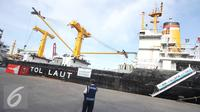 Petugas berjaga didekat KM Caraka Jaya Niaga III-4 yang digunakan sebagai kapal tol laut logistik Natuna di Tanjung Priok, Jakarta Utara, Selasa (25/10). Tol Laut tersebut bertujuan menekan disparitas harga di Natuna. (Liputan6.com/Immanuel Antonius)