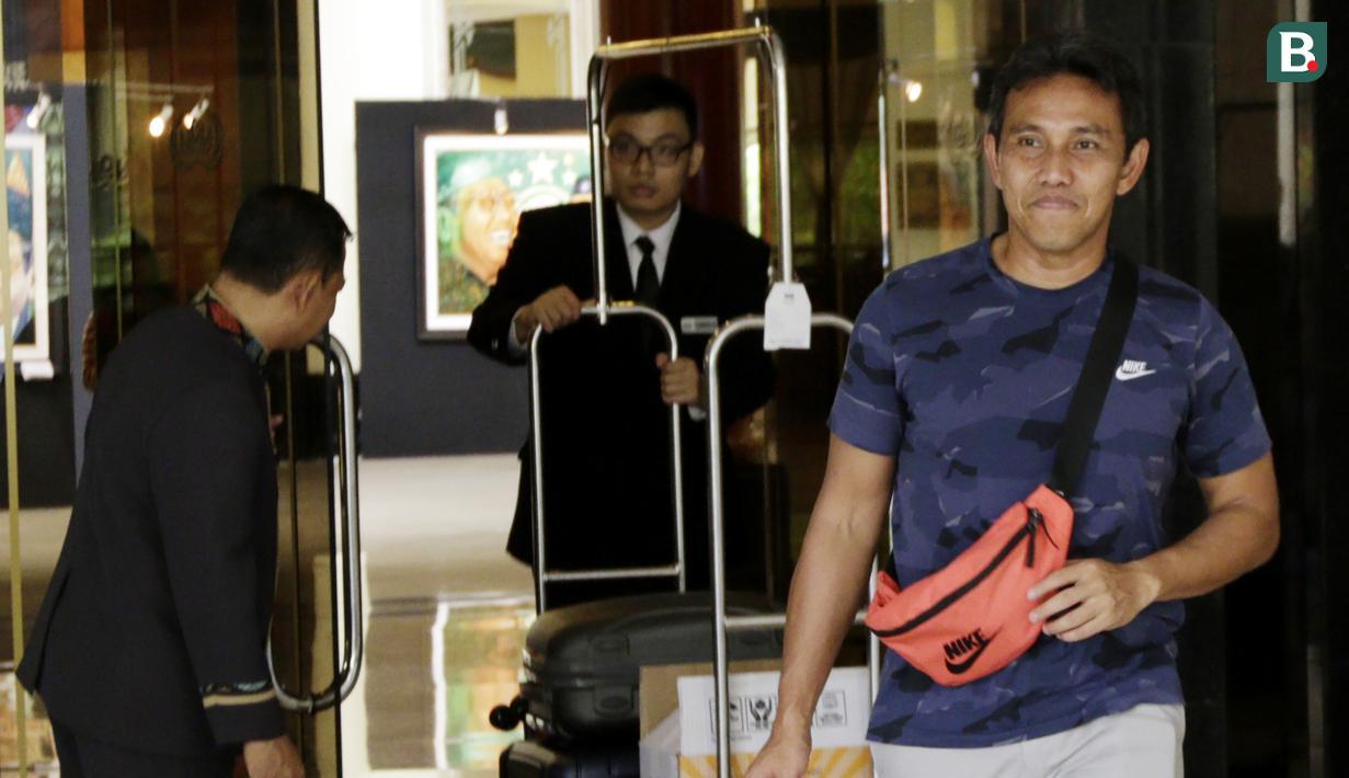 Pelatih Indonesia, Bima Sakti, meninggalkan penginapan usai pertandingan terakhir Piala AFF 2018 melawan Filipina di Hotel Sultan, Jakarta, Senin (25/11). Indonesia gagal lolos fase grup Piala AFF. (Bola.com/M Iqbal Ichsan)