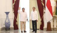 Presiden Joko Widodo dan Ketua Umum Partai Gerindra Prabowo Subianto menyapa awak media di Istana Merdeka, Jakarta, Jumat (11/10/2019). Dalam pertemuan tersebut mereka membahas permasalahan bangsa dan koalisi. (Liputan6.com/Angga Yuniar)