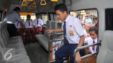 Sejumlah siswa saat menaiki bus sekolah khusus bagi pelajar penyandang disabilitas di Jakarta, Selasa (2/2). Pemprov DKI Jakarta melalui Dishub memfasilitasi kendaraan bus sekolah gratis untuk pelajar berkebutuhan khusus. (Liputan6.com/Gempur M Surya)
