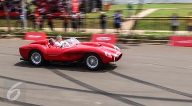 Mobil Ferrari klasik melaju kencang mengelilingi sirkuit sepanjang 3,2 kilometer dalam Ferrari Festival of Speed di BSD City, Tangerang Selatan, Minggu (23/04). Sebanyak 10 mobil Ferrari klasik turut meramaikan festival ini. (Liputan6.com/Fery Pradolo)