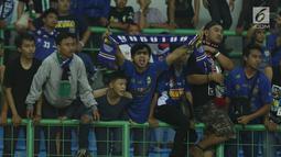 Suporter tim Maung Bandung berteriak memberi semangat usai menyaksikan laga Bhayangkara FC melawan Persib di Stadion Patriot Candrabhaga, Bekasi, Minggu (4/6). Persib kalah 0-2 dari Bhayangkara FC. (Liputan6.com/Helmi Fithriansyah)