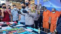 Polres Tasikmalaya menggelar ekspose kasus komplotan penggasak uang dengan modus ganjal ATM, Kamis (15/4/2021). (Foto: Humas Polres Tasikmalaya)