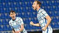 Masuk paruh kedua, Inter masih mengendalikan jalannya pertandingan. Gol yang dinanti Il Biscione akhirnya tercipta pada menit ke-69. Bola hasil tembakan keras Christian Eriksen dari luar kotak penalti menghujam deras gawang Crotone. (Foto: AFP/Giovanni Isolino)