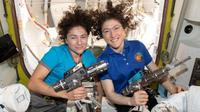 Jessica Meir (kiri) dan Christina Koch (kanan) di dalam ISS. (Science Photo Library)