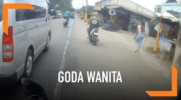 Seorang pemotor langsung dapat karma instan setelah menggoda seorang wanita di jalan.