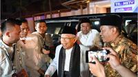 Ulama kharismatik kelahiran Tangerang, Banten, pada 11 Maret 1943, ini tak hanya ahli soal agama, tapi juga seorang politisi.