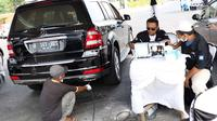Petugas sudin lingkungan hidup melakukan uji emisi gas buang kendaraan di kawasan Senayan, Jakarta, Rabu (18/7). Uji emisi gratis tersebut dalam rangka program pengendalian pencemaran dan perusakan lingkungan. (Liputan6.com/Immanuel Antonius)