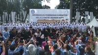 Menteri Pendidikan dan Kebudayaan (Mendikbud) Muhadjir Effendy menjadi inspektur upacara dalam rangka peringatan Hari Guru Nasional (HGN) 2017 (Liputan6.com/Nafiysul Qodar)