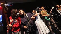 Sembari melantunkan lagu Bahas Bahasa, para penonton pun ikut bergoyang sembari bernyanyi bersama. (Bambang E. Ros/Bintang.com)