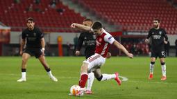 Pemain Arsenal Kieran Tierney (kedua kanan) mencetak gol ke gawang Benfica pada leg kedua babak 32 besar Liga Europa di Stadion Georgios Karaiskakis, Piraeus, Athena, Yunani, Kamis (25/2/2021). Arsenal menang 3-2 dan lolos ke babak 16 besar. (AP Photo/Thanassis Stavrakis)