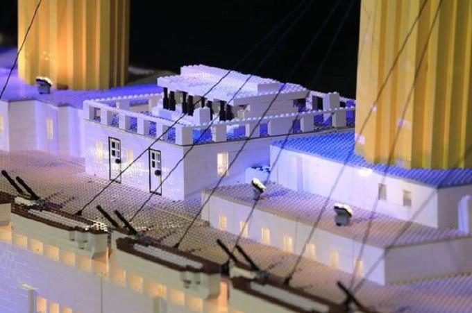 Patung-patung lampu dan Lego menggambarkan replika dek kapal Titanic. (Titanic Museum)