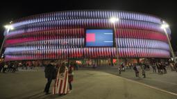 Tampilan modern dengan desain pencahayaan eksterior yang futuristik serta dilengkapi dengan layar raksasa berukuran 15,5 meter x 9,8 meter ini, kabarnya menelan dana sebesar 211 juta euro untuk renovasi. (Foto: AFP/Ander Gillenea)