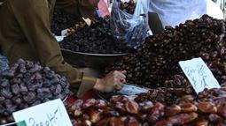 Penduduk Pakistan membeli kurma memasuki bulan suci Ramadan di pasar mingguan di Islamabad pada 5 Mei 2019. Buah khas Timur Tengah, kurma, selama Bulan Ramadan ramai diburu untuk dihidangkan saat berbuka puasa. (Photo by AAMIR QURESHI / AFP)
