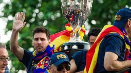 Lionel Messi melambaikan tangan berterima kasih kepada para pendukung Barcelona yang selalu memberikan dukungan.