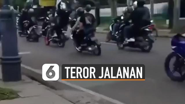 Terekam kamera netizen, rombongan pengendara motor meresahkan pengguna jalan.