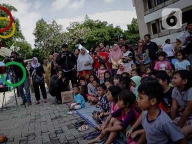 Badut yang tergabung dalam komunitas Aku Badut Indonesia (ABI) menghibur anak-anak di pengungsian korban banjir di Gor Pangadegan, Jakarta, Selasa (7/1/2020). Trauma healing diberikan para badut sebagai bentuk kepedulian terhadap anak-anak korban banjir Jakarta. (Liputan6.com/Faizal Fanani)