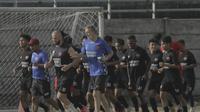 Pelatih PSM Makassar, Milomir Seslija (biru), turut berlari bersama tim asuhannya dalam sesi latihan. (Bola.com/Abdi Satria)