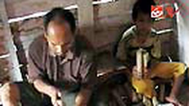 Kemiskinan dan cacat fisik tak membuat keluarga Rustam dan Tari di Polewali Mandar, Sulawesi Barat, berpangku tangan atau menggantungkan hidup pada orang lain.