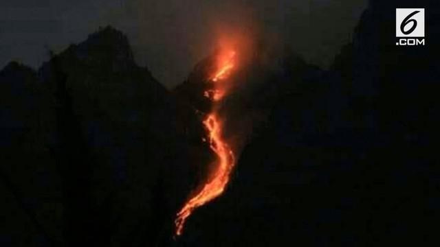 Luncuran lava pijar Merapi terus meningkat. Namun fenomena ini malah jadi tontonan warga sekitar.