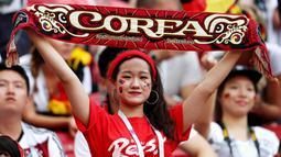 Suporter Korea Selatan saat menyaksikan laga melawan Jerman pada laga Piala Dunia di Stadion Kazan, Rusia, Rabu (27/6/2018). Korea Selatan menang 2-0 atas Jerman. (AFP/Roman Kruchinin)