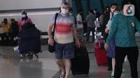 Sejumlah Warga Negara Asing (WNA) diarahkan untuk karantina menuju hotel saat tiba di Bandara Soekarno Hatta, Tangerang, Selasa (29/12/2020). Pemerintah Indonesia melarang masuk WNA dari semua negara mulai 1 hingga 14 Januari 2021 menyusul varian baru COVID-19. (Liputan6.com/Angga Yuniar)