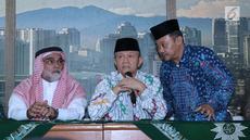 Ketua PP Muhammadiyah, Anwar Abbas (tengah) mendampingi Dubes Arab Saudi untuk Indonesia, Osama bin Mohammed Al-Shuaibi (kiri) memberi sejumlah keterangan di Kantor PP Muhammadiyah, Jakarta, Selasa (13/11). (Liputan6.com/Helmi Fithriansyah)