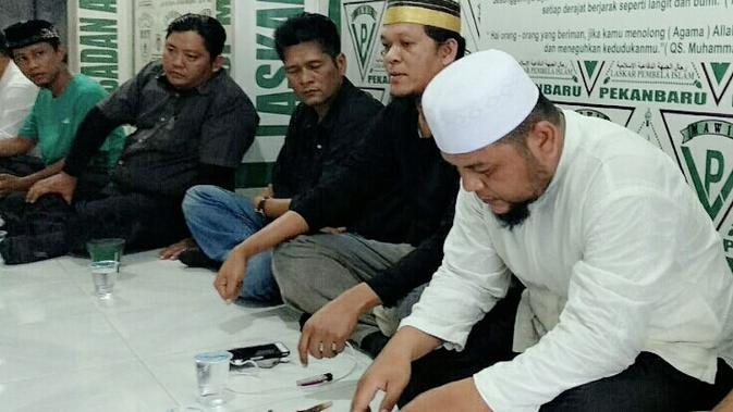Penghina Ustaz Abdul Somad (UAS) memakai baju hitam (tiga dari kanan). (Liputan6.com/M Syukur)