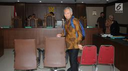 Terdakwa suap perizinan dan pengadaan proyek di lingkungan Ditjen Hubla TA 2016-2017 Antonius Tonny Budiono bersiap meninggalkan ruang sidang Pengadilan Tipikor, Jakarta, Kamis (17/5). Ia divonis lima tahun penjara. (Liputan6.com/Helmi Fithriansyah)