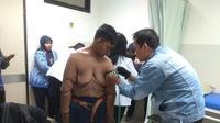 Pasien yang dulu obesitas Arya Permana asal Karawang bakal menjalani operasi bedah plastik untuk mengurangi kulit menggelambir di beberapa bagian tubuhnya. (Foto: Liputan6.com/Arie Nugraha)