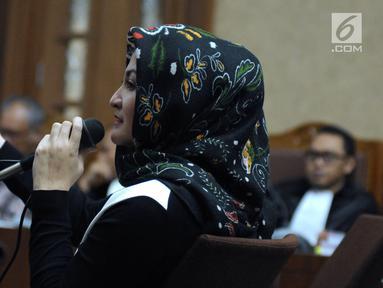Istri Setya Novanto, Deisti Astriani Tagor saat menjadi saksi pada sidang perkara merintangi penyidikan dugaan korupsi E-KTP dengan terdakwa Bimanesh Sutarjo di Pengadilan Tipikor, Jakarta, Senin (16/4). (Liputan6.com/Helmi Fithriansyah)