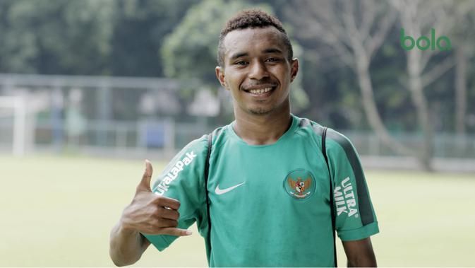 Pemain Timnas Indonesia, Todd Rivaldo Ferre, berpose usai latihan di Lapangan ABC Senayan, Jakarta, Kamis (22/2/2018). Latihan ini dilakukan untuk persiapan Piala AFF U-18 2018 dan Piala Asia U-19 2018. (Bola.com/M Iqbal Ichsan)
