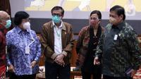 Sejumlah Menteri Kabinet Indonesia Maju berbincang usai memberi keterangan terkait UU Omnibus Law Cipta Kerja di Graha Sawala Kemenko Perekonomian, Jakarta, Rabu (7/10/2020). Mereka memberi penjelasan maksud dan tujuan terkait disahkannya UU Omnibus Law Cipta Kerja. (Liputan6.comHelmi Fithriansyah)