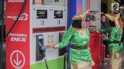 Petugas SPBU mengenakan pakaian adat beraktivitas di kawasan Kelapa Gading, Jakarta, Senin (22/4). Dalam rangka memperingati Hari Kartini pengelola SPBU mengajak Seluruh pegawai SPBU mengenakan mengenakan baju kebaya dan baju adat. (Liputan6.com/Faizal Fanani)