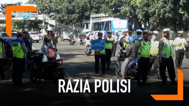 Hari ketiga operasi keselamatan jaya pelanggaran didominasi oleh pengendara sepeda motor. Polisi melakukan peneguran hingga penilangan.