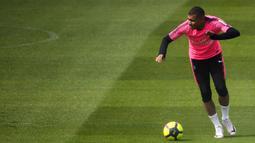 Striker Prancis, Kylian Mbappe, mengontrol bola saat latihan di Saint Germain en Laye, Paris, Kamis (23/5). Mbappe dinobatkan jadi pemain terbaik Liga Prancis. (AFP/Anne Christine Poujoulat)