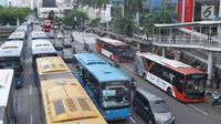 Aktivitas bus Transjakarta di Halte Harmoni, Jakarta, Rabu (2/1). PT Transportasi Jakarta (Transjakarta) menargetkan 231 juta pelanggan pada tahun 2019. (Liputan6.com/Immanuel Antonius)