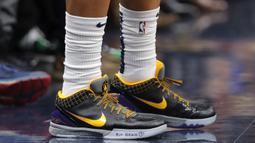 Pemain  New Orleans Pelicans, Frank Jackson menulis pesan di sepatunya untuk mendiang Kobe Bryant selama pertandingan NBA  New Orleans Pelicans melawan Boston Celtics di New Orleans (26/1/2020). Bryant dan Gianna menggunakan helikopter untuk latihan basket di Mamba Academy. (AP Photo/Gerald Herbert)