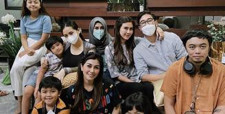 Tidak seperti biasanya, kali ini keluarga Nagita Slavina mengenakan pakaian yang cukup sederhana. Nagita sendiri mengenakan inner hitam dengan outfit bermotif. (Dok. Instagram @nissyaa)
