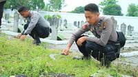Polisi dari Polres Grobogan membersihkan Makam Pahlawan menyambut hari pahlawan