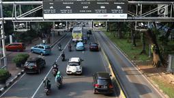Kendaraan melintas di bawah rambu sistem ERP di Jalan Merdeka Barat, Jakarta, Kamis (14/2). Plt Kepala Dishub DKI Jakarta Sigit Wijatmoko mengatakan pihaknya tengah menyiapkan rancangan peraturan daerah untuk ERP tersebut. (Liputan6.com/Immanuel Antonius)