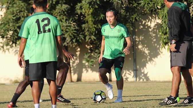 Pemain Persebaya, Arthur Irawan. (Bola.com/Aditya Wany)