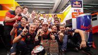 Pembalap Repsol Honda, Marc Marquez melakukan selebrasi usai memenangkan balapan MotoGP Aragon 2018. (Twitter/Marc Marquez)